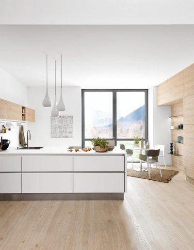cocina panelada madera y blanca