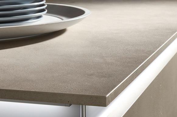 encimera gris sobre mueble blanco